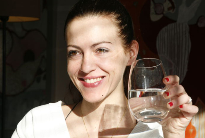 Femme buvant un verre d'eau potable (LA-S.Cuisset)