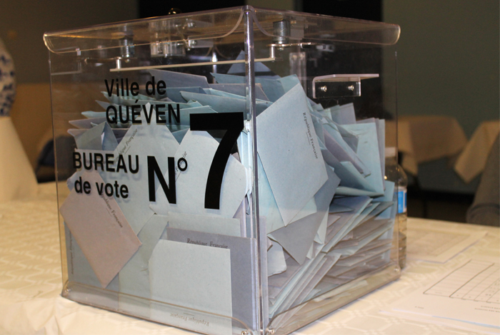 Elections urne pleine de bulletins de vote