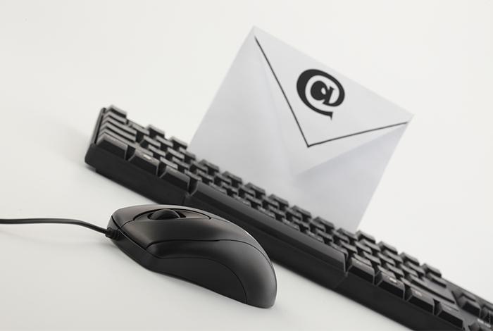 clavier avec souris et enveloppe