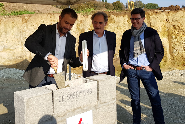 Pose de la première pierre le 03/11/2017 - De gauche à droite : Marc Boutruche (maire de Quéven), M. Coudriet (architecte) et Nicolas Pouget (Aiguillon Construction).