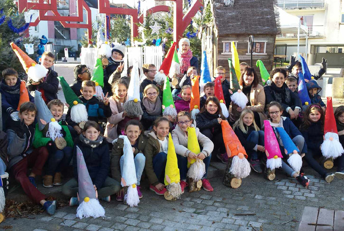 Les enfants de l'école Anatole France avec les lutins qu'ils ont fabriqués