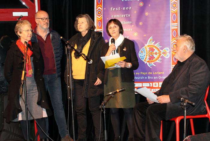 Yvonig Le Merdy, présidente de l'association Emglev bro an Oriant (2e en partant de la droite) et des membres de l'association