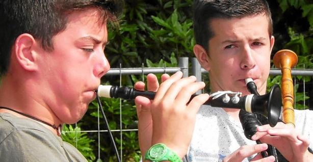 Les jeunes sonneurs Morgan Cosquer (bombarde) et Eliaz Le Bot (biniou)